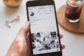 Téléphone avec une page Instagram affichée