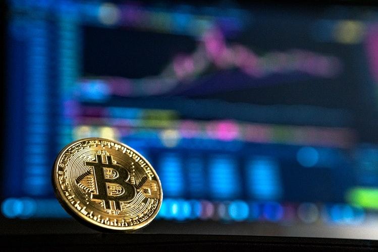 Pièce de Bitcoin sur un fonds d'écran de valeurs