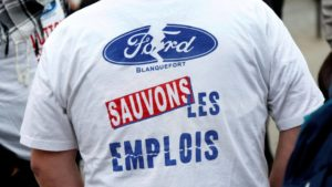 """Un employé de Ford Blanquefort manifestant dans un tee-shirt avec l'inscription """"Sauvons les emplois"""""""