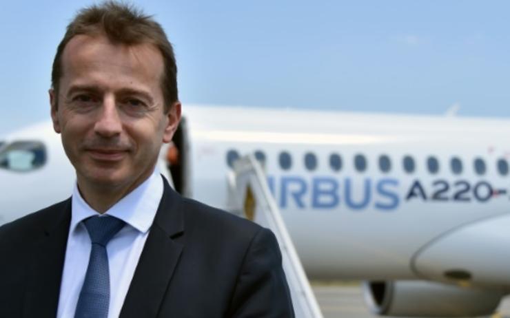 Portrait de Guillaume Faury devant un Airbus stationné