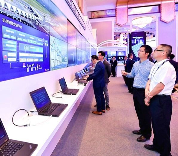 Des cadres de Huawei participant au forum de développement de l'aviation civile de la Chine en mai 2019