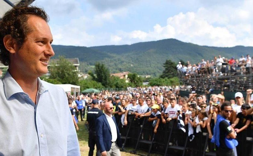 John Elkann lors d'une visite aux supporters de la Juventus, à l'occasion de la présentation de Christiano Ronaldo