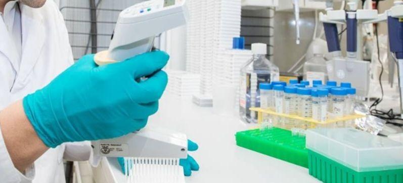 Un chercheur dans un laboratoire de Novartis