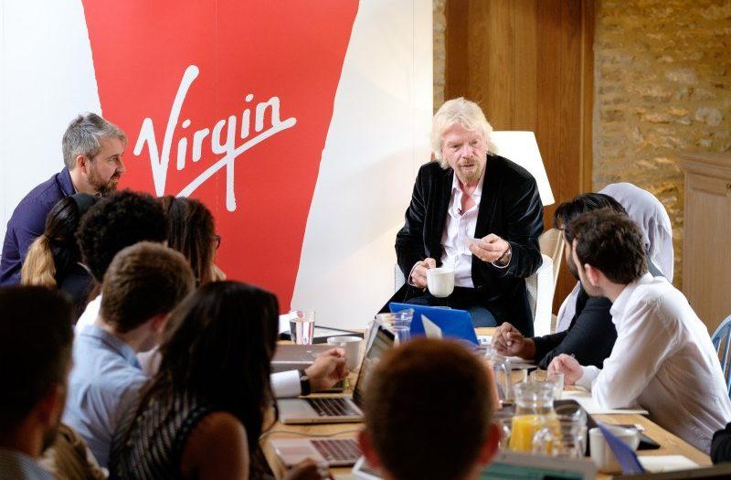 Richard Branson lors d'une réunion de Virgin Galactic