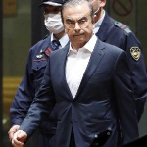 Carlos Ghosn escorté par des policiers à Tokyo
