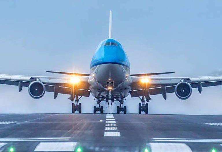Un avion d'Air France KLM sur la piste d'atterissage