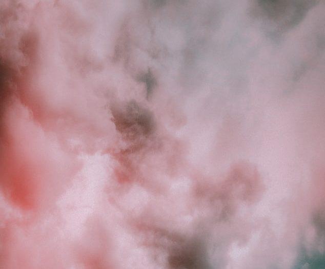 Une colonne de fumée lors d'un inc