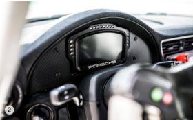 Le tableau de bord d'un véhicule Porsche