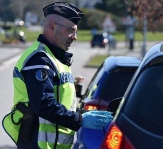 Un policier contrôlant une voiture.