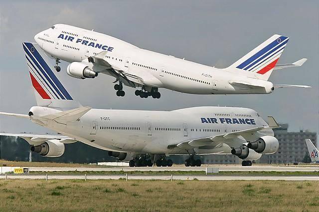 Des avions d'Air France sur la piste d'atterissage.