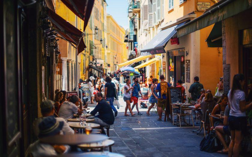 Une rue animée de Nice, France.