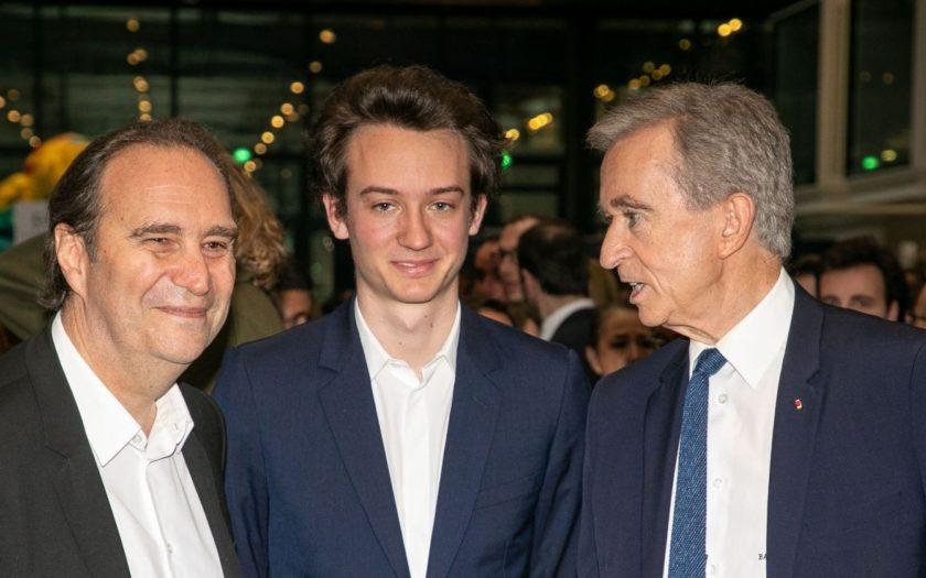 Frédéric Arnault (centre), en compagnie de son père Bernard Arnault (droite) et du milliardaire français Xavier Niel (gauche), lors d'un évènement tech en 2018.
