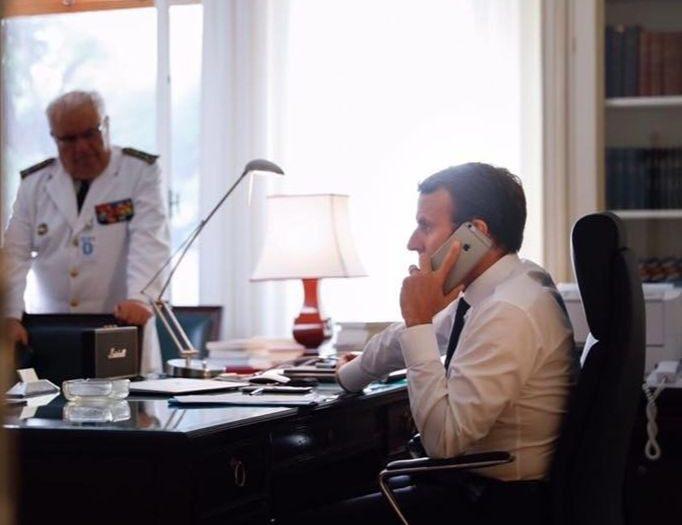 Emmanuel Macron dans son bureau à l'Elysée (Photo de l'Elysée).