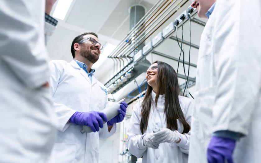 Les ingénieurs chimistes parlent en laboratoire