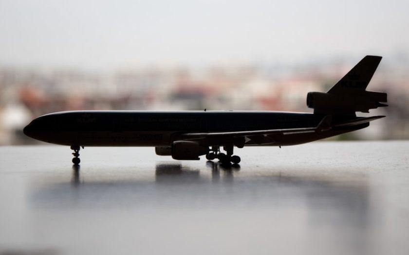 Silhouette d'un avion en miniature.