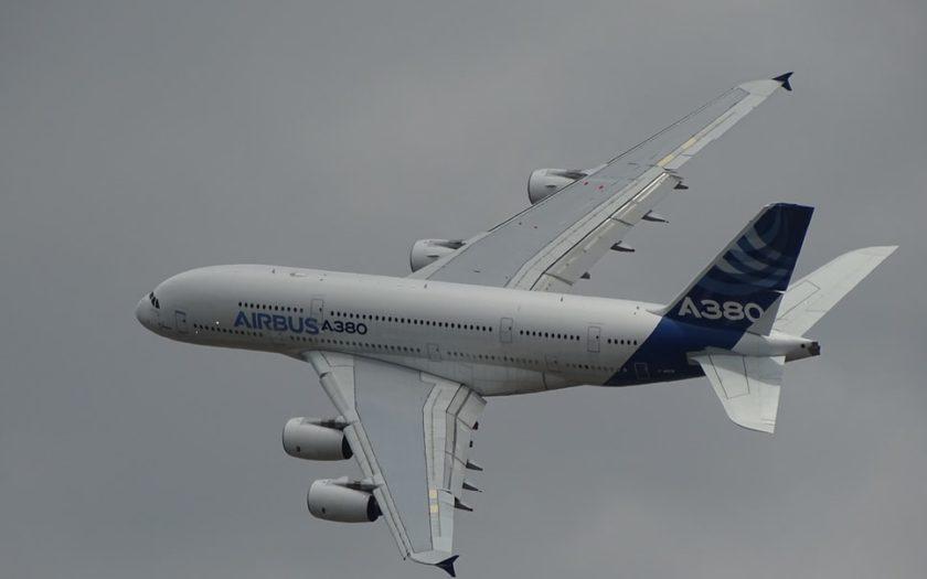 Un Airbus A380 dans le ciel.